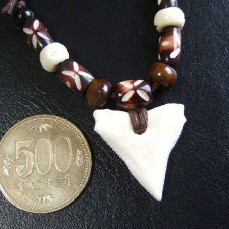 【表示現品】2.8cmオオメジロザメの歯ビーズペンダント - 20977zhb